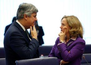 El presidente del Eurogrupo y ministro de Finanzas portugués, Mario Centeno, conversa con la ministra de Economía española, Nadia Calviño(d), antes de la reunión del Eurogrupo en Luxemburgo.