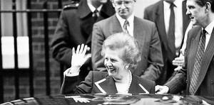 ADIÓS A DOWNING STREET' Margaret Thatcher, sin perder su sonrisa que siempre parecía falsa, abandonando su casa del 10 de Downing Street, el 27 de noviembre, seis días después de ser fulminada.