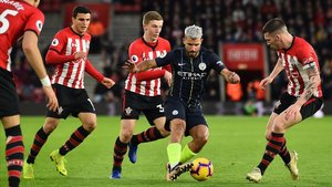 Agüero, perseguido por cuatro jugadores del Southampton.