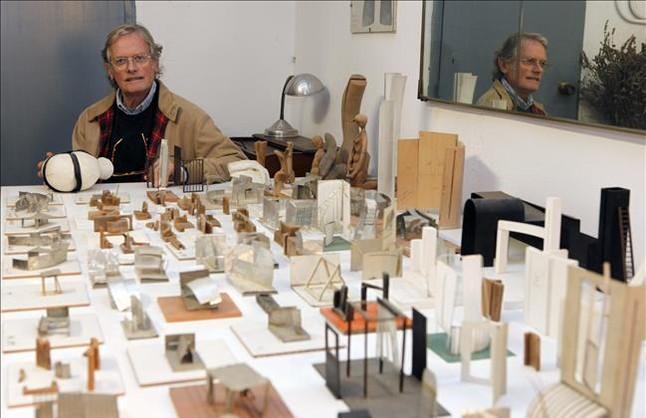 Agustí Roqué, junto a las maquetas de alguns de las esculturas que ha realizado durante su carrera.
