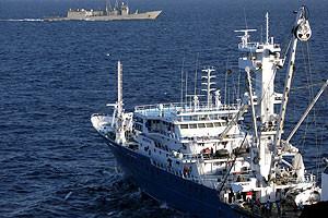 Vista general del pesquero Alakrana navegando sobre las aguas del Océano Índico en noviembre del 2009, tras ser liberado después de 47 días de secuestro.