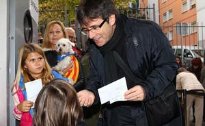 El alcalde de Girona, Carles Puigdemont, antes de ejercer su derecho a voto, en el colegio Vicens Vives.