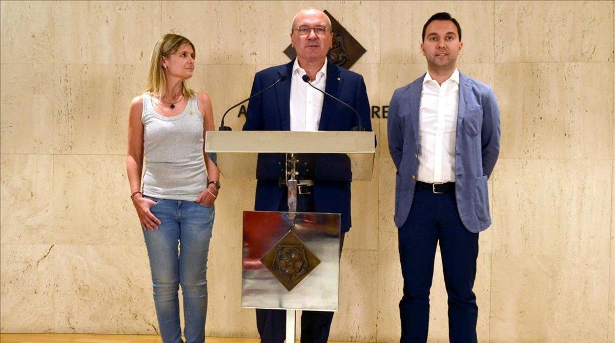 El alcalde de Reus, Carles Pellicer, entre la vicealcaldessa, Noemí Llauradó, y el tercer teniente de alcalde, Daniel Rubio.