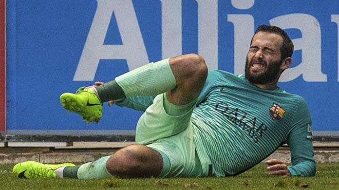 El lateral del FC Barcelona, Aleix Vidal, ha abandonado esta mañana el hospital de Vitoria donde ha sido operado con éxito del tobillo.