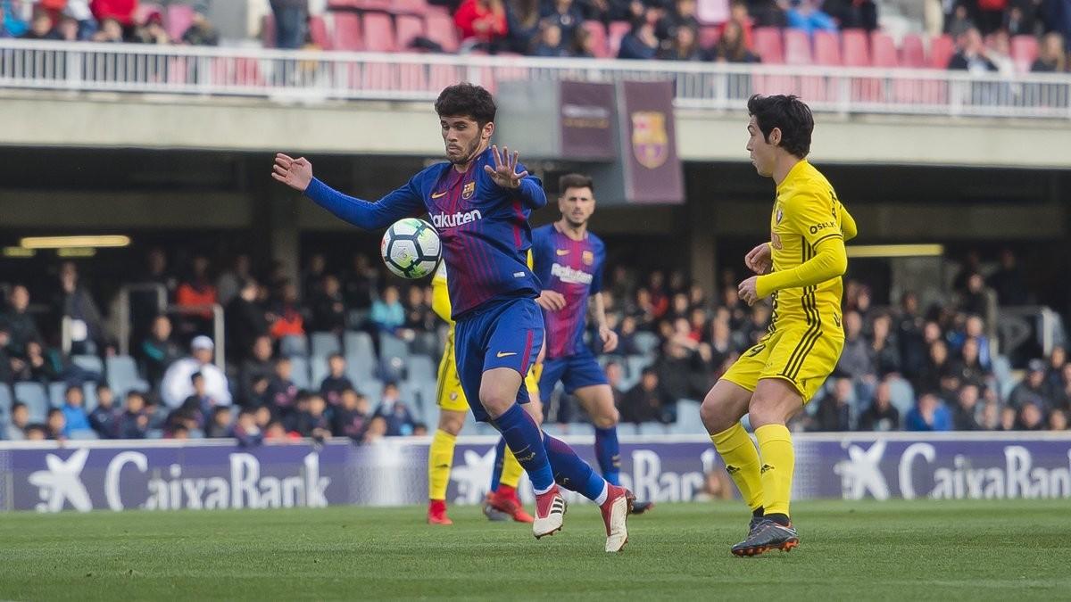 Aleñá intenta controlar el balón en el Mini Estadi en el duelo ante Osasuna,