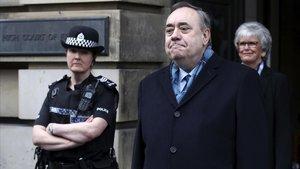 Alex Salmond tras abandonar hoy el Tribunal en Edimburgo.