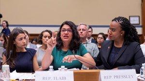 Alexandria Ocasio-Cortez (izquierda) y Ayanna Pressley (derecha) consuelan aRashida Tlaibdurante una audiencia del Comité de Supervisión y Reforma de la Cámara de Representantes sobre la decisión de Trump de separar a los menores inmigrantes de sus familias en la frontera.