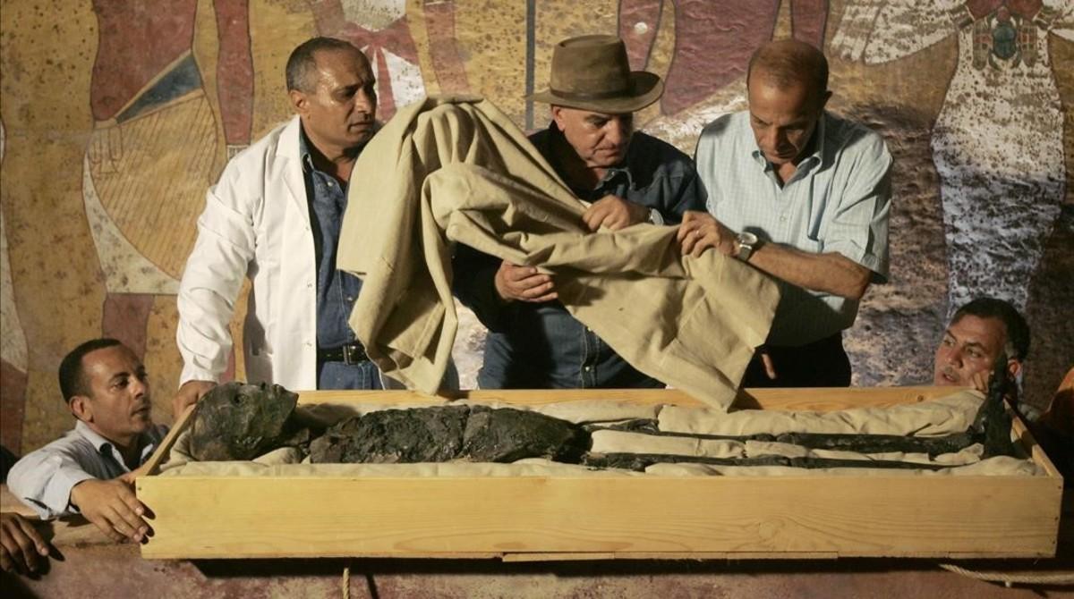 Examen de una momia egipcia localizada en el Valle de los Reyes, en el año 2007.