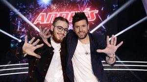 Andrés Martín, ganador de 'La voz' de Antena 3, con su 'coach' Pablo López.