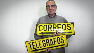 Antonio Aguilar, autor de un libro sobre la historia del servicio de correos en Barcelona.