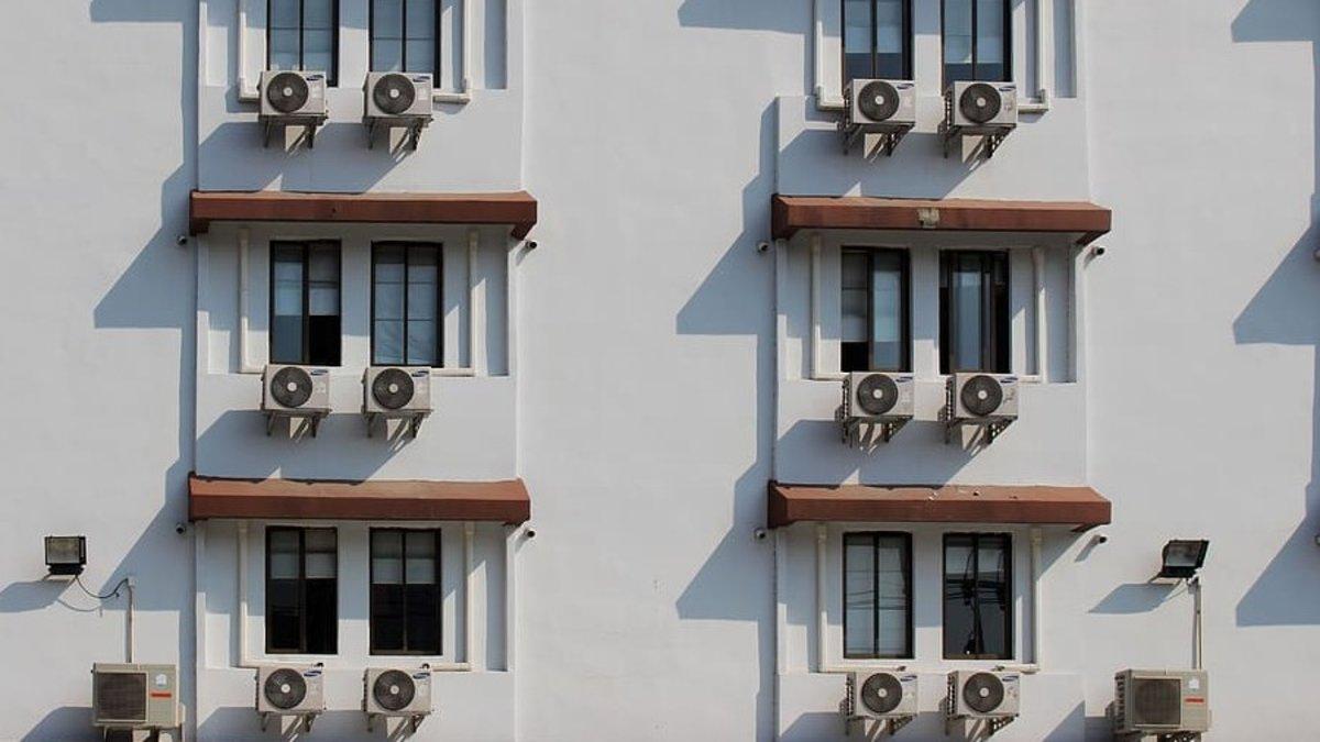 Aparatos de aire acondicionado en la fachada de un hotel.