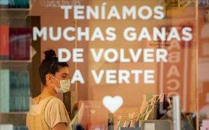 En la apertura de algunos comercios en la fase 0, el 18 de mayo, este cartel de una tienda madrileña ilustra lo que sentían muchas personas: 'Teníamos muchas ganas de volver a verte.Y de abrazarnos, de besarnos'.