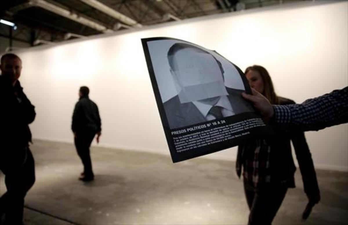 La pareden blanco de la galería de Helga de Alvear,tras retiral la instalción de Santiago Sierra Presos políticos y la España contemporánea, en primer plano, una reproducción de una de las imágenes de presos políticos que incluía la pieza.