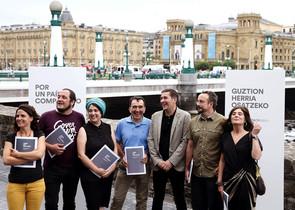 Arnaldo Otegi y David Fernàndez (a la izquierda), junto al resto del equipo de campaña del candidato de EH Bildu.