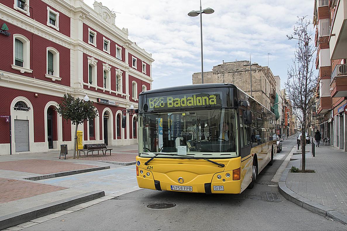 Autobús urbano en la ciudad de Badalona.