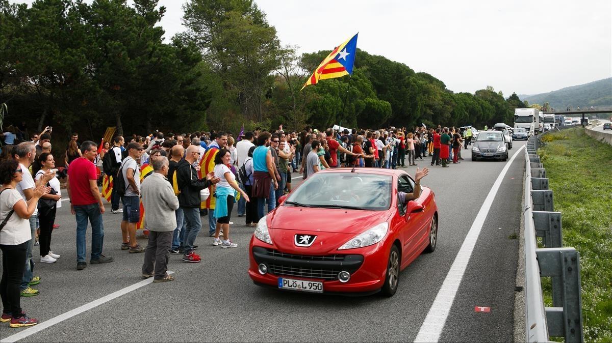 La autopista AP-7 cortada a la altura de Cardedeu (Vallès Oriental).