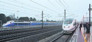 Un AVE de Renfe (a la derecha) detenido en la estación de Figueres-Vilafant junto a un TGV de la SNCF, el pasado 9 de enero.