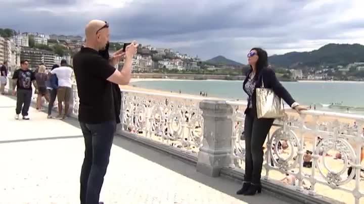 El Ayuntamiento de San Sebastián sortea tramos de la icónica barandilla de la Concha.