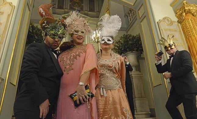 Cuatro invitados al baile, en las escaleras de acceso del Liceu.