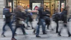 Comercios anuncian descuentos en el Portal de lÀngel antes de las rebajas de enero.