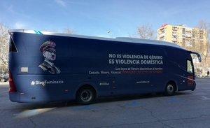 El polémico autobús con la imagen de Hitler.