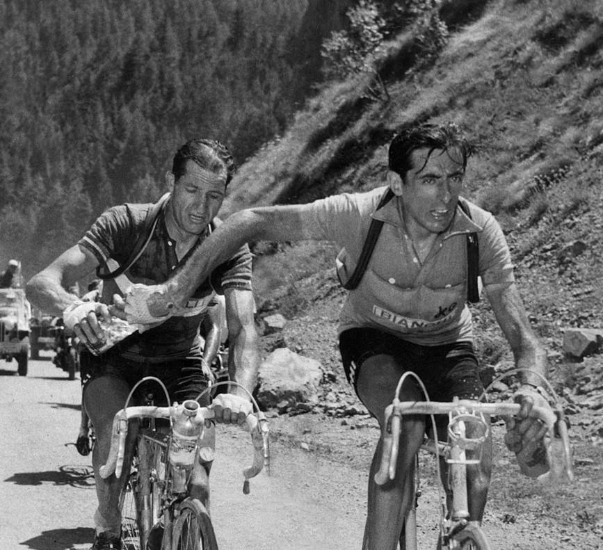 Gino Bartali, a la izquierda, en una histórica imagen junto a Fausto Coppi. ¿Quién dio el botellín a quién? El enigma sigue y seguirá.