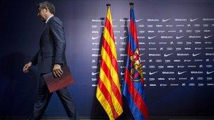Bartomeu abandona la sala de prensa del Camp Nou.