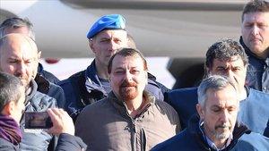 Battistini, en el centro, escortado por la policía en el aeropuerto Ciampino de Roma.