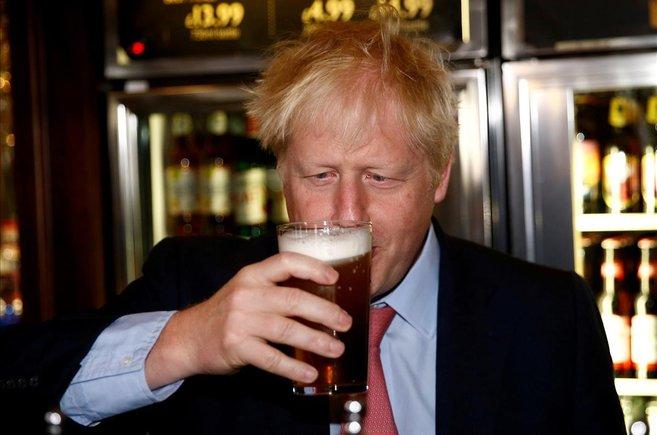 Boris Johnson, el candidato al liderazgo del Partido Conservador de Gran Bretaña, se toma una cerveza en el Bar Metropolitano de Wetherspoons en Londres.