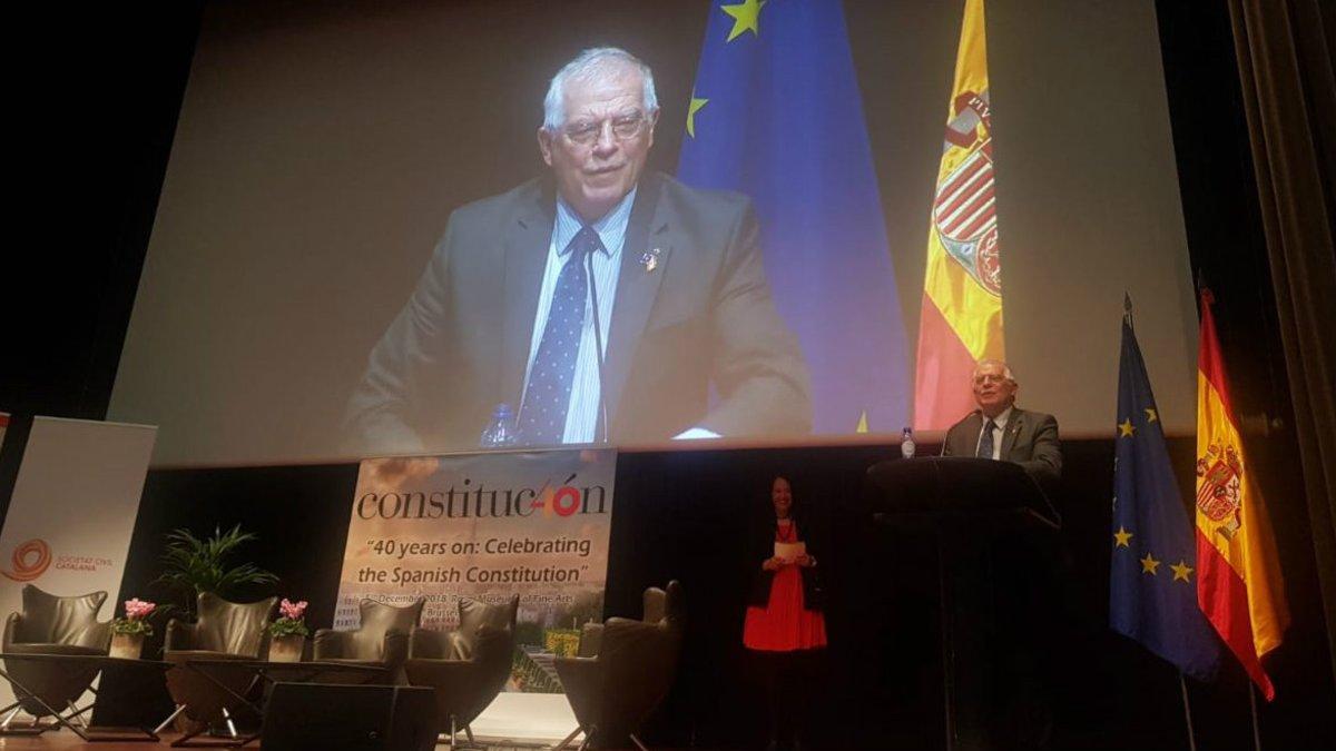 """Borrell, increpat per un CDR fugit a Bèlgica: """"La Constitució és una puta farsa"""""""