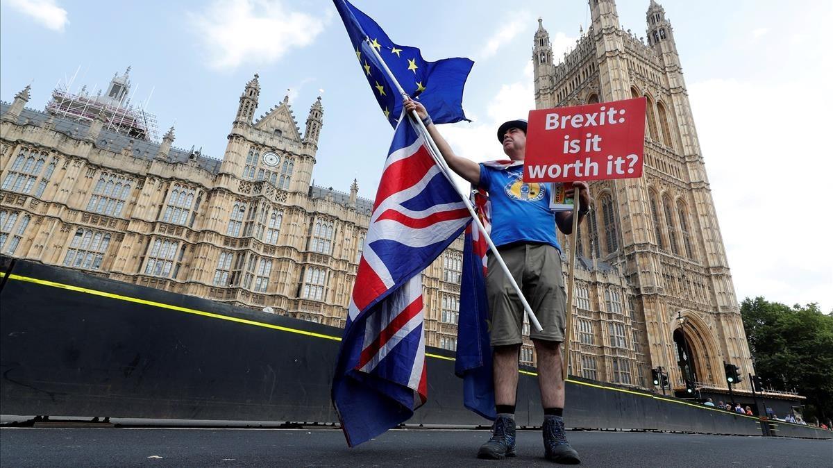 Un hombre que defiende la permenencia del Reino Unido en la UE posa en el puente deWestminster, en el centro de Londres.