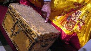 La caja con los supuestos restos de Cristóbal Colón de la catedral de Sevilla, exhumadospara su identificación en el año 2003.