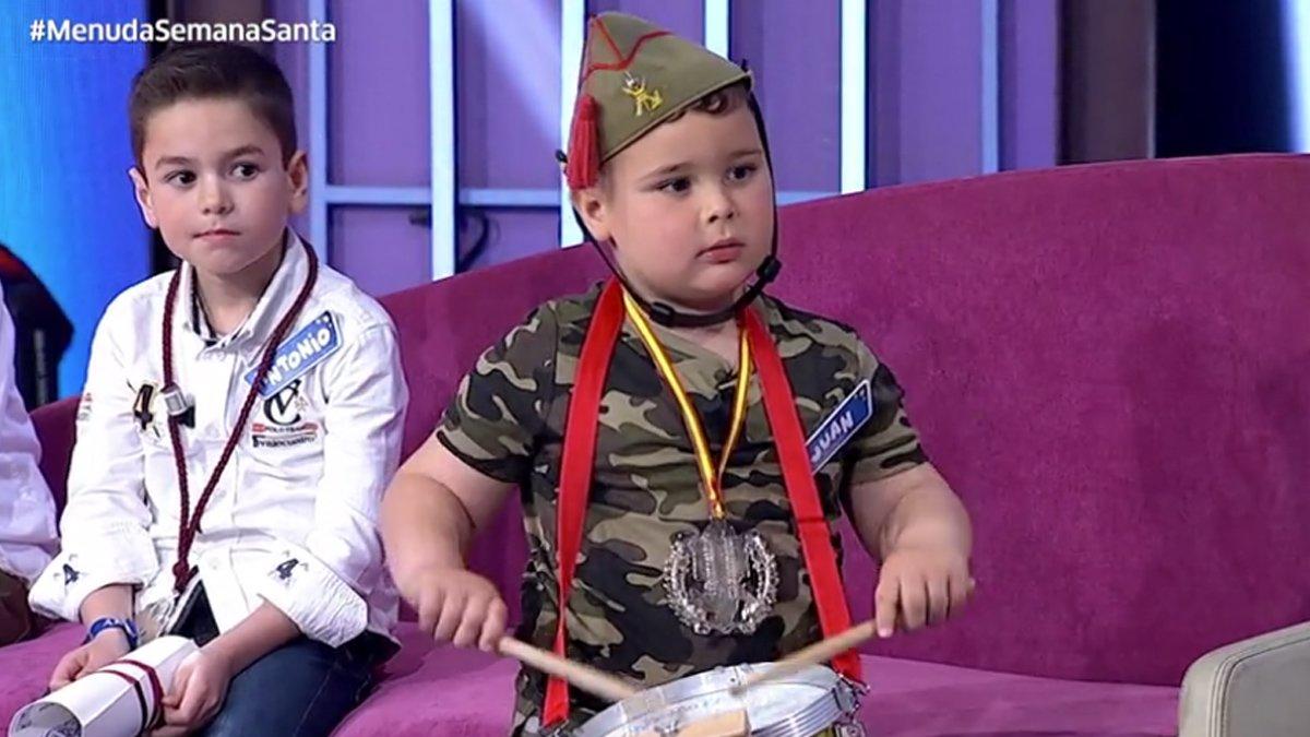 Oleada de críticas a Canal Sur por un niño vestido de legionario que cantó 'El novio de la muerte'