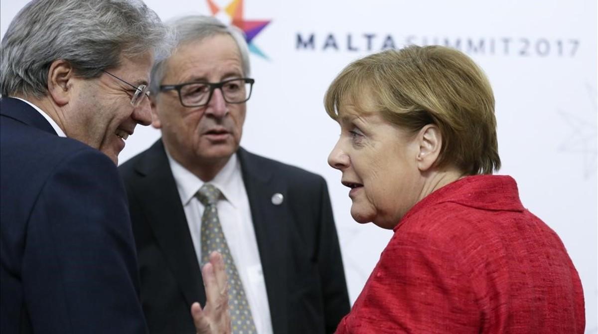 La cancillera alemana, Angela Merkel conversa con el 'premier' italiano, Paolo Gentiloni, junto al presidente de la Comisión Europea, Jean-Claude Juncker, en la cumbre informal de la UE en Malta, el pasado mes de febrero.