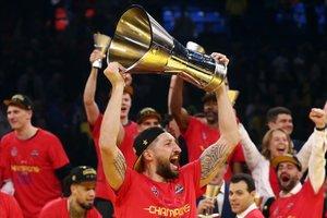 El capitán del CSKA, Kurbanov, levanta el trofeo de campeón de la Euroliga