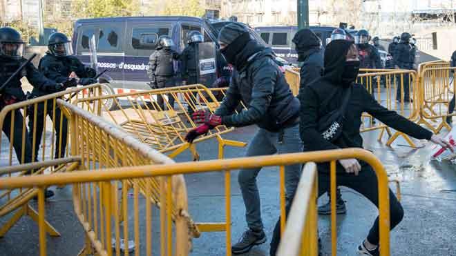 Carga policial contra antifascistas que protestan por un acto de VOX en Girona.