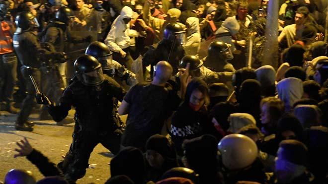 Los Mossos carganen la delegación de Gobierno contra los manifestantes