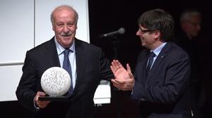 Carles Puigdemont hace entrega del premio Blanquerna a Vicente del Bosque.