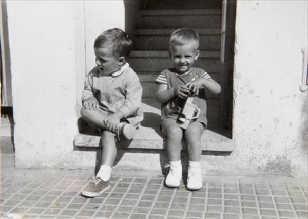 Carles Puigdemont, a la derecha, jugando con un coche, junto a su hermano Francesc, en L'Estartit.