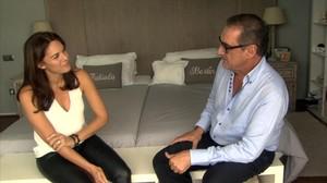 Carlos Herrera con Fabiola, en el dormitorio de esta y Bertín Osborne en 'En la tuya o en la mía'.