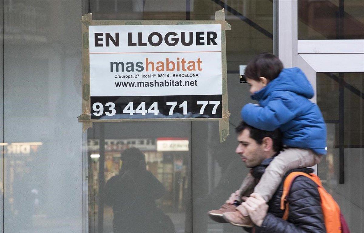 Cartel de un piso de alquiler en la avenida de Madrid de Barcelona.
