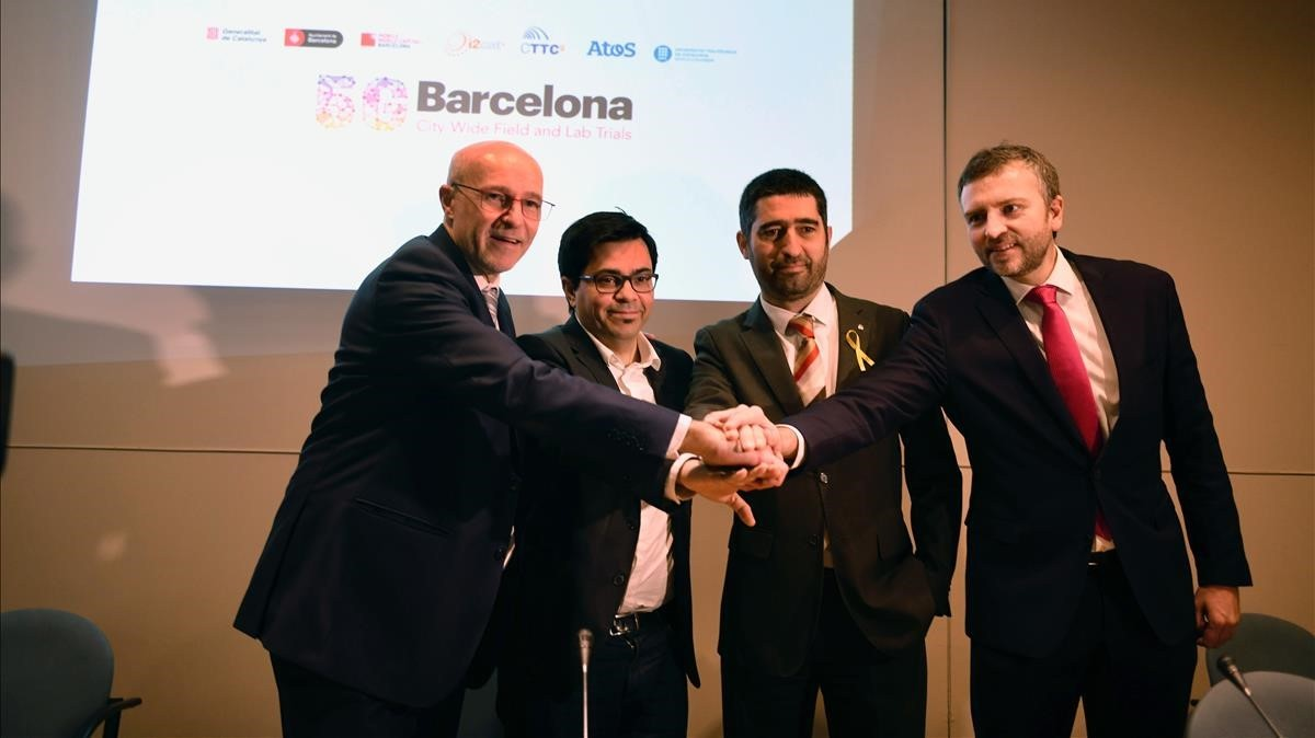 Catalunya y Barcelona refuerzan la candidatura para ser uno de los laboratorios del 5G. En la imagen de izquierda a derecha aparecen Carlos Grau, Gerardo Pisarello, Jordi Puigneró y Sergi Figuerola.