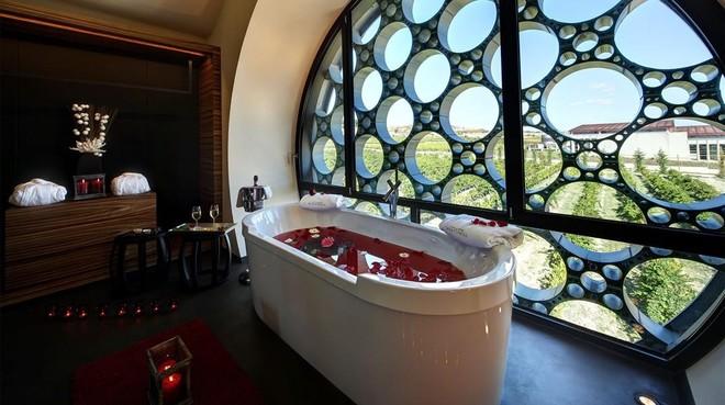 Baño de vinoterapia en la Cava&Hotel Mastinell.