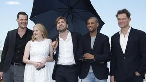 Claes Bang, Elisabeth Moss, Ruben Östlund, Christopher Laesso y Dominic West, en la presentación de The square en Cannes.
