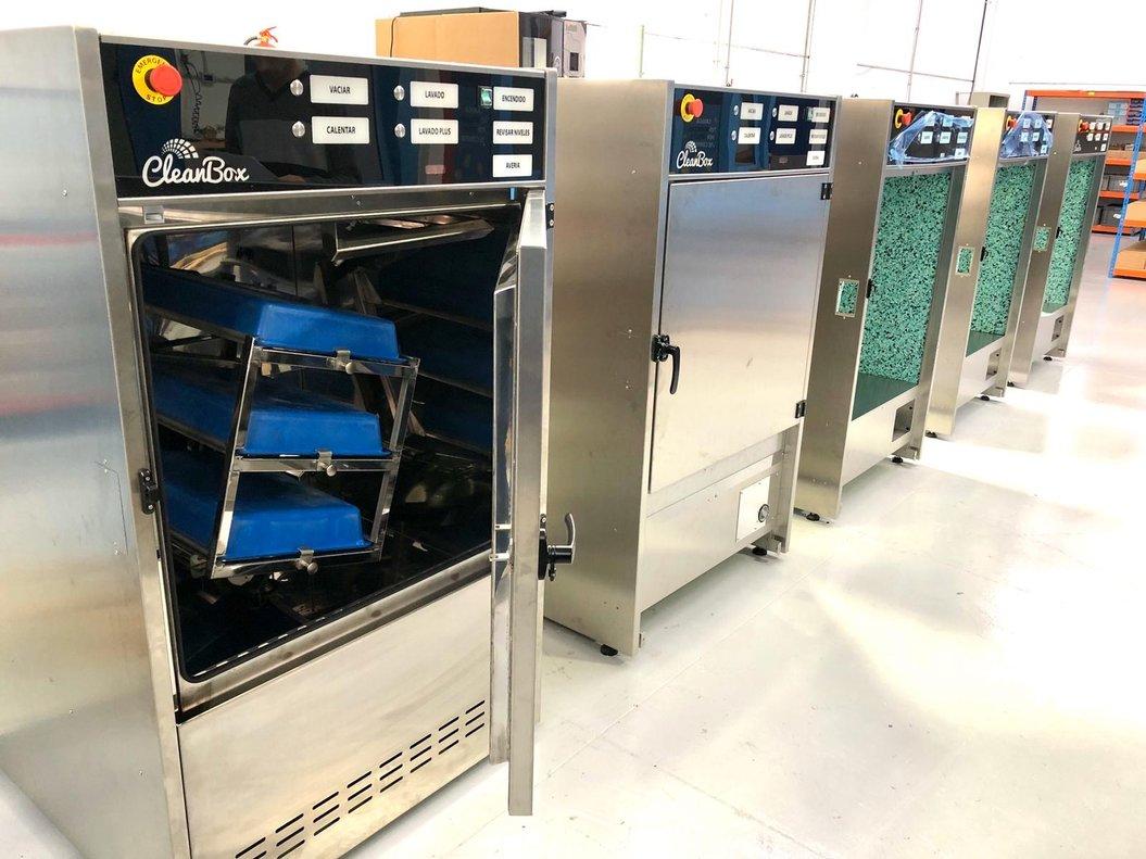 La máquina de la startup CleanBox fue concebida para desinfectar las bandejas de los aeropuertos, pero con la crisis del coronavirus se ha ampliado su aplicación a las cestas y carritos de los supermercados