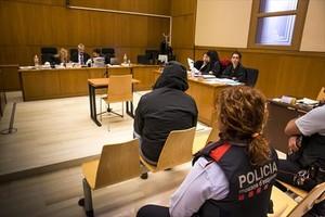 Con capucha 8Francisco Javier Corbacho, sentado en el banquillo durante la sesión del juicio celebrada ayer en la Audiencia de Barcelona.