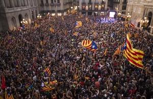 Concentración independentista en la plaza de Sant Jaume tras la declaración de independencia