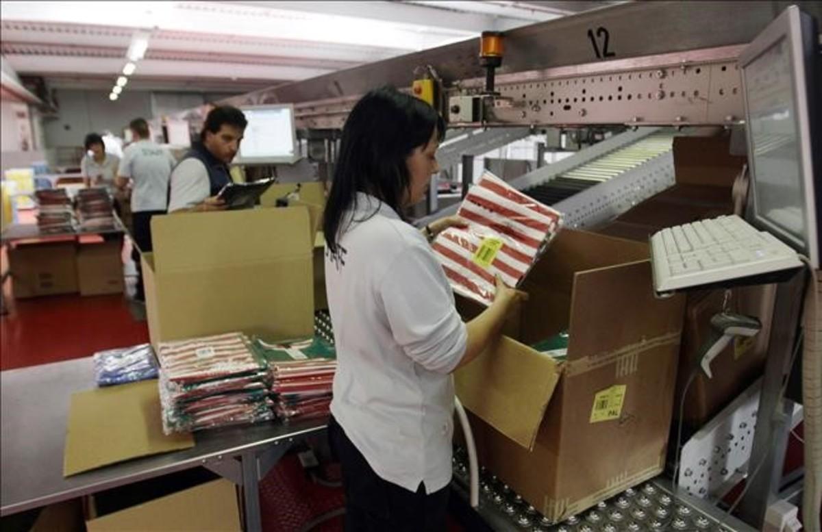 Empleados y empleadas en una empresa textil.