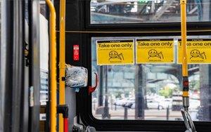 Dispensadores de mascarillas en los autobuses de Nueva York.