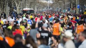 Corredores por el paseo de Gràcia de Barcelona, durante el maratón.